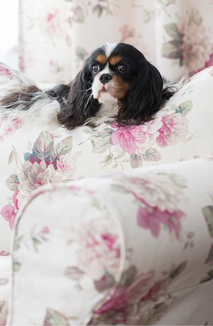 pokrowce na sofę ikea, nowe życie sofy, kwiatowe wzory w salonie