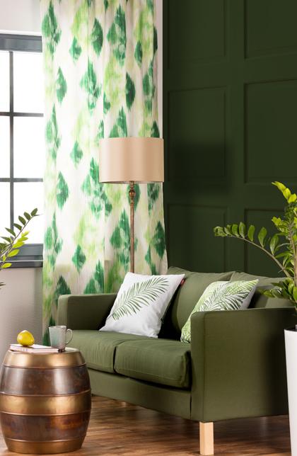 Salon- soczyste zielenie, dodatki w stylu urban jungle, tropikalne wzory
