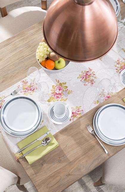 Tisch im rustikalen Stil