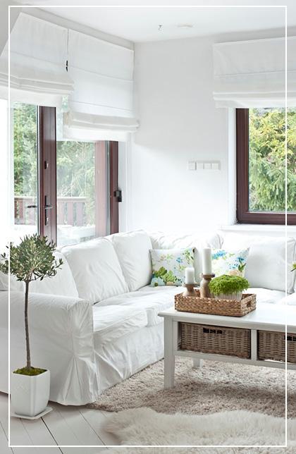 Białe pokrowce na sofy z Ikea