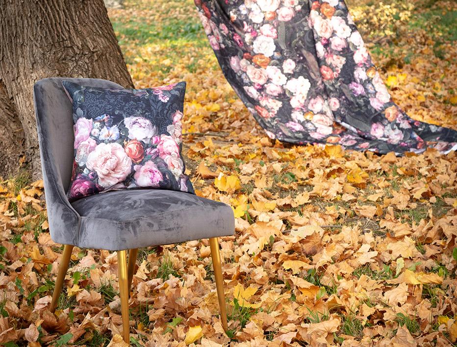 Stuhl aus Samt mit goldenen Beinen