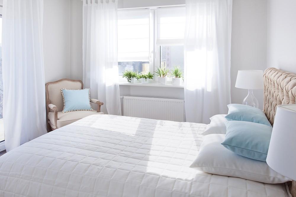rolety rzymskie sypialnia w bieli